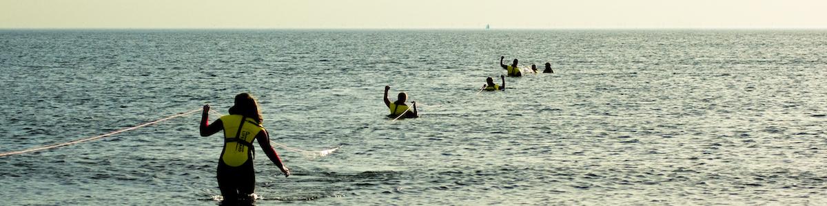 Lijnredding door Lifeguards in opleiding bij de Reddingsbrigade IJmuiden