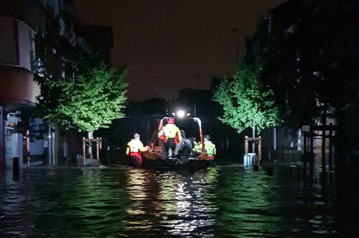 Reddingsvloot in ondergelopen stadscentrum
